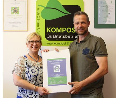 Karoliny Dubravska (Quality Assistant of ARGE, l.) and Robert Tulnik (Quality Manager of ARGE, r.) are presenting its ECN-QAS certificate awarded on 28 April 2015